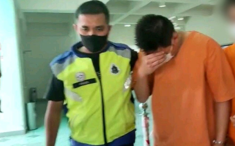 Pemandu Toyota Hilux yang mengamuk dan merempuh peniaga di Bukit Sentosa semalam direman lima hari untuk membantu siasatan. - Foto ihsan TV3
